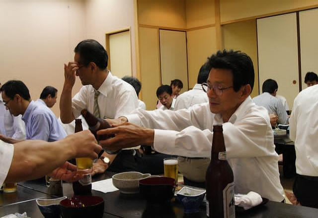 Học giao tiếp tiếng Hàn chuẩn qua cách uống rượu Soju.
